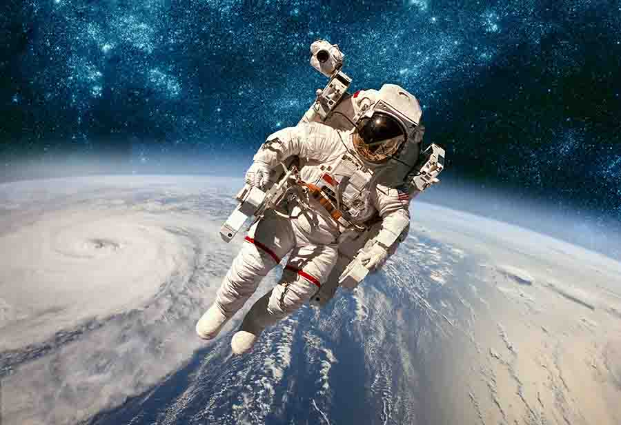 astrounaut in space studying physics of space